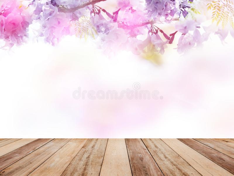 Holztischspitze über abstraktem Blumenhintergrund stockbild