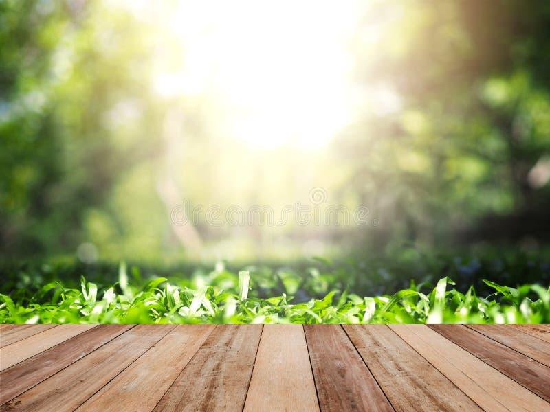Holztischspitze über grünem Gras im Sommergarten stockbild