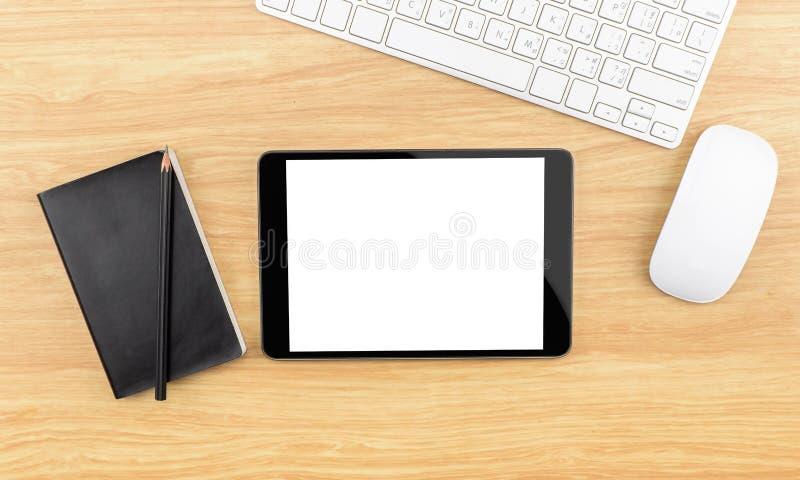 Holztischspitze mit Tablette, schwarzes Notizbuch, Bleistift, Tastatur und stockfotografie