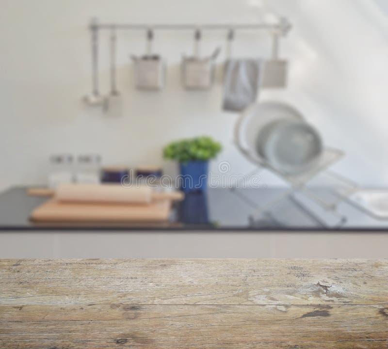 Holztischspitze mit Unschärfe des modernen keramischen Küchengeschirrs und der Geräte stockbild