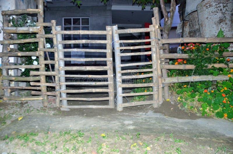 Holztor zu Hause Himachal Pradesh Indien stockbild