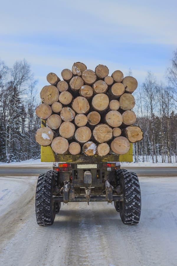 Holztransport auf der Winterstraße stockfotos