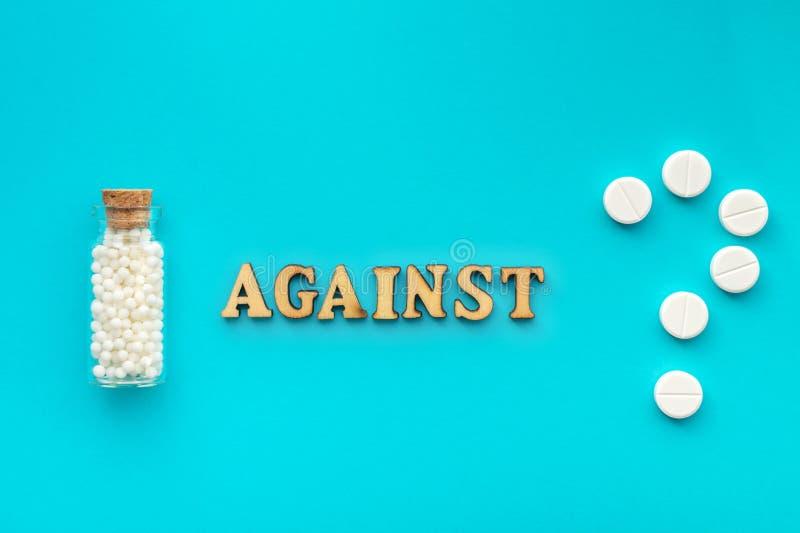 Homöopathie gegen traditionelle Medizin Von der oben genannten Flasche mit Zuckertropfen der Homöopathieabhilfe gegen Pillen der  stockfoto