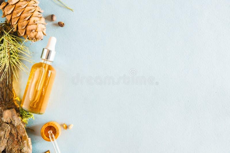 Homöopathische Öle, diätetische Ergänzungen für intestinale Gesundheit Naturkosmetik, Öle für Hautpflege auf einem hellen Hinterg lizenzfreies stockbild