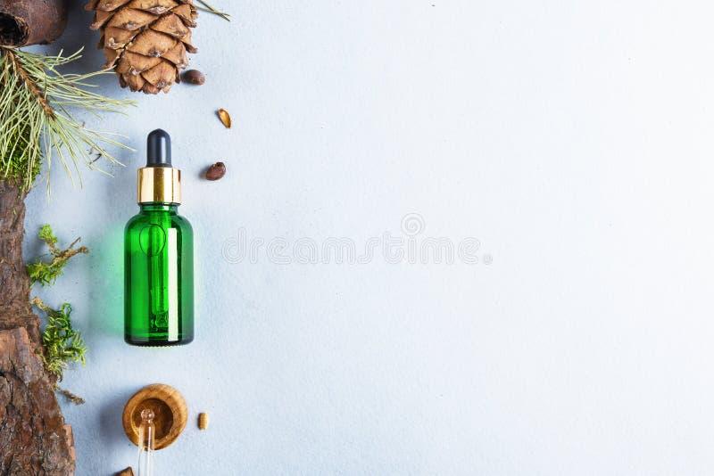 Homöopathische Öle, diätetische Ergänzungen für intestinale Gesundheit Naturkosmetik, Öle für Hautpflege auf einem hellen Hinterg lizenzfreie stockfotos