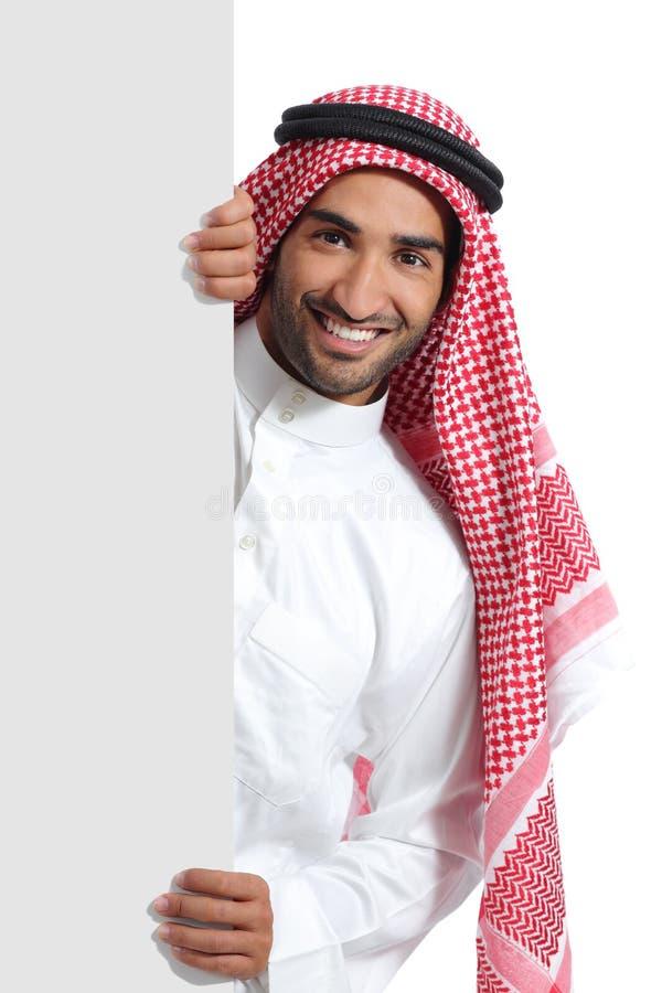 Hombre árabe del promotor del saudí que lleva a cabo una muestra en blanco fotos de archivo libres de regalías