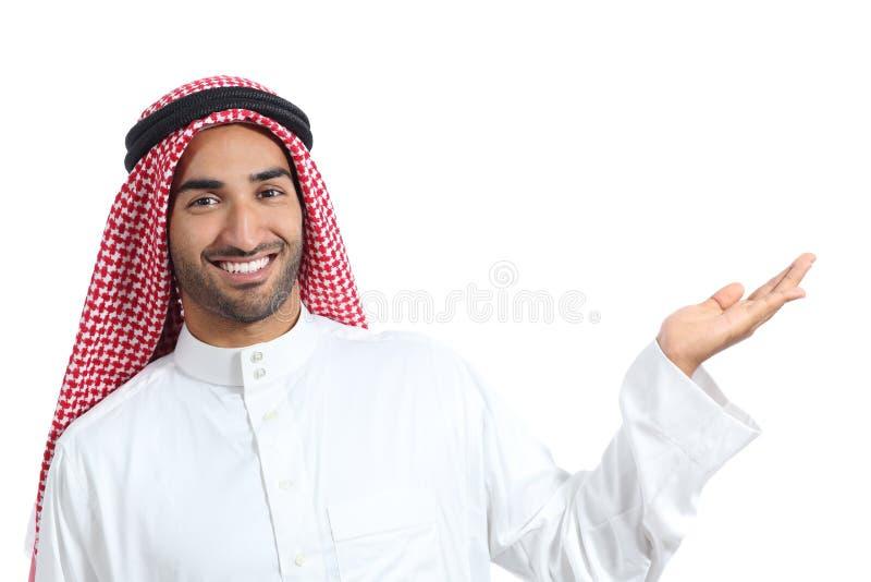 Hombre árabe del promotor del saudí que presenta un producto en blanco imagen de archivo