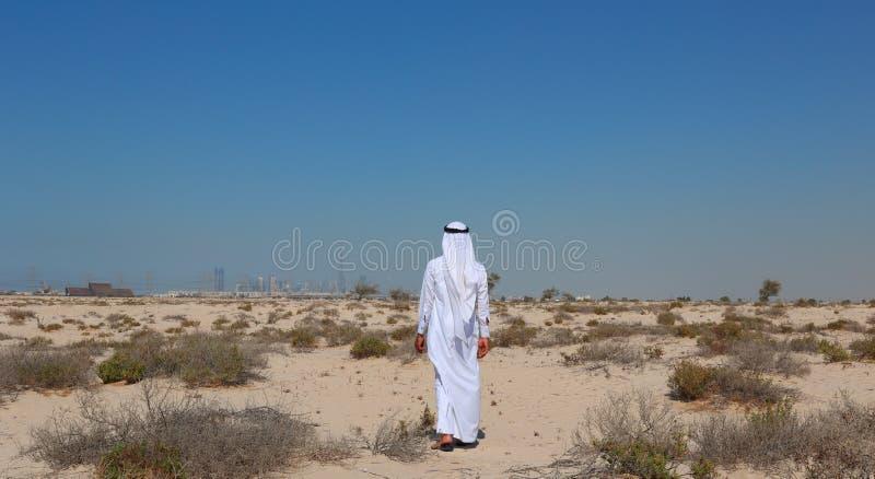 Hombre árabe en desierto imagenes de archivo