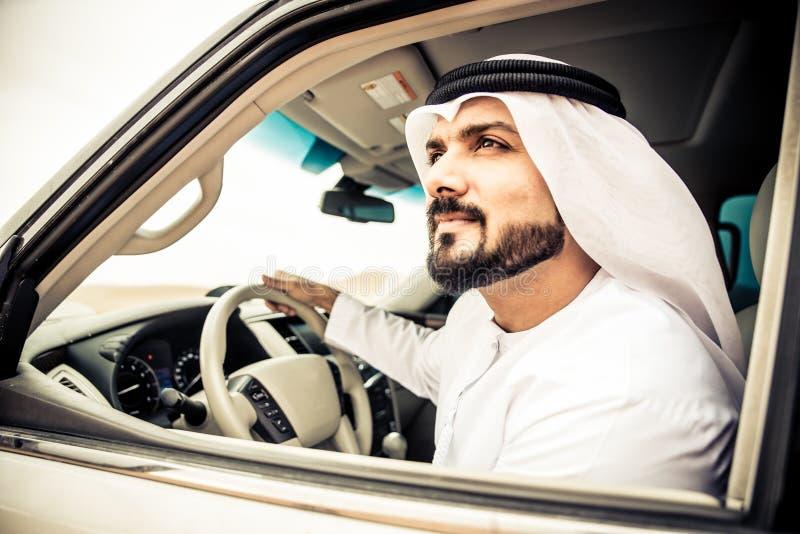Hombre árabe en su coche imagen de archivo