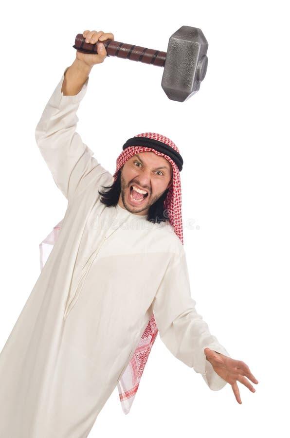 Hombre árabe enojado con el martillo aislado en blanco imagenes de archivo