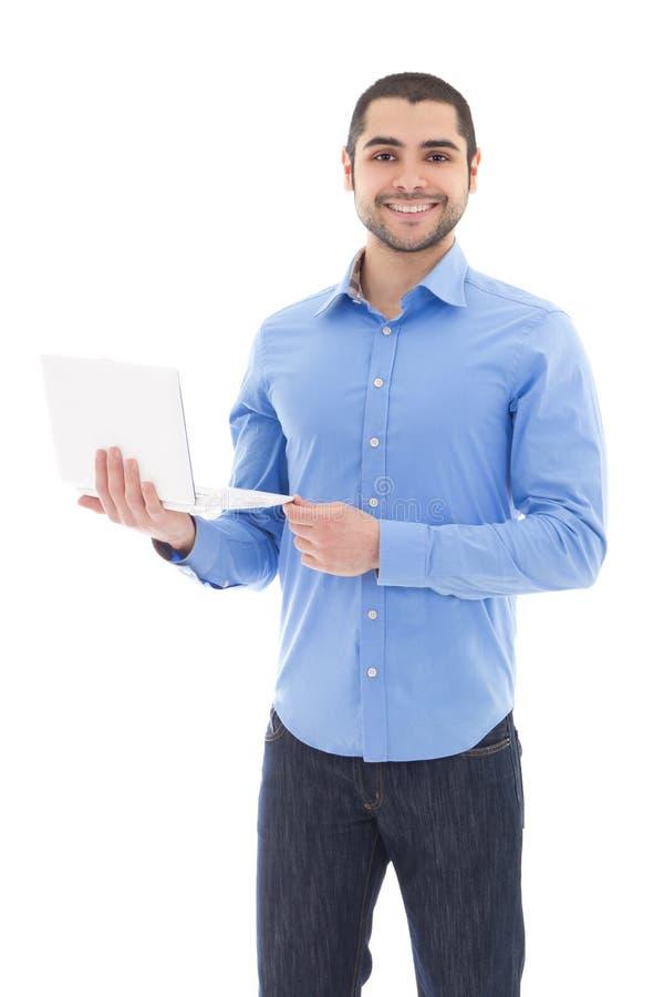 Hombre árabe hermoso con el ordenador portátil aislado en blanco fotografía de archivo