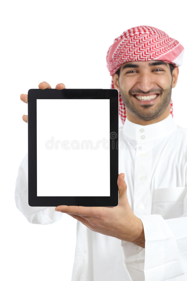 Hombre árabe que muestra una exhibición app de la tableta fotografía de archivo libre de regalías