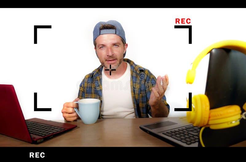 Hombre acertado atractivo y feliz del blogger de Internet en casquillo americano durante la alimentación en línea que explica y q fotografía de archivo libre de regalías