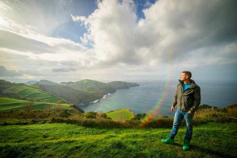 Hombre acertado que mira para arriba al cielo de la puesta del sol que celebra disfrutando de la libertad Éxito, concepto de la p fotografía de archivo libre de regalías