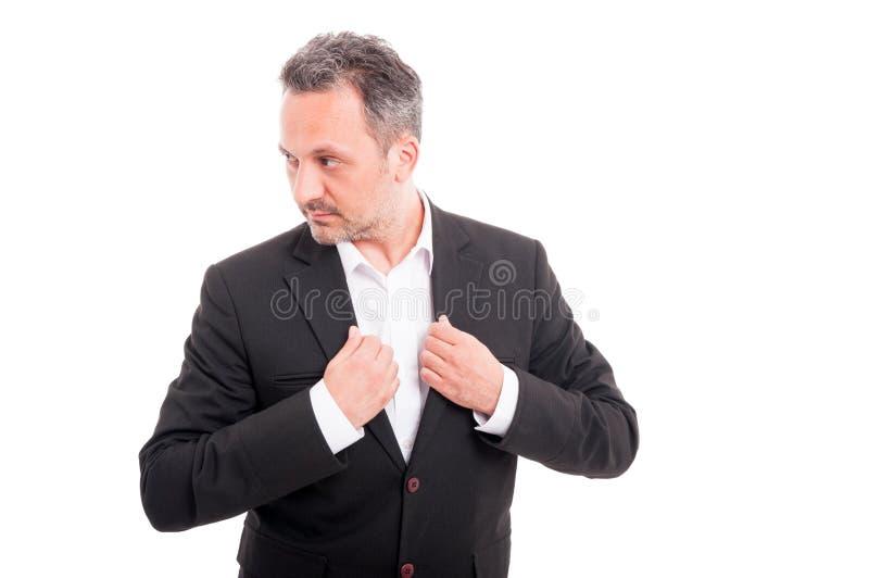 Hombre acertado relajado que presenta ocasional foto de archivo libre de regalías