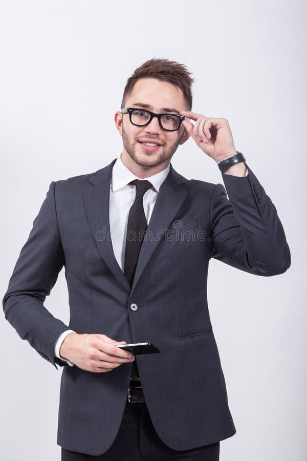 Hombre acertado y confiado joven en un fondo blanco simple imágenes de archivo libres de regalías