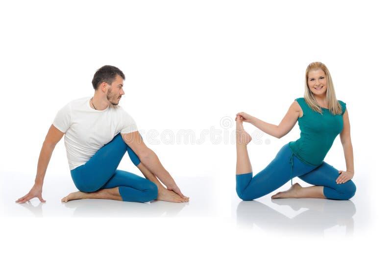 Hombre activo y mujer que hacen actitudes de la aptitud de la yoga fotografía de archivo