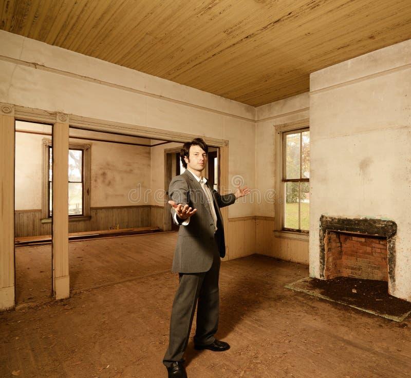 Hombre adecuado en hogar abandonado imágenes de archivo libres de regalías
