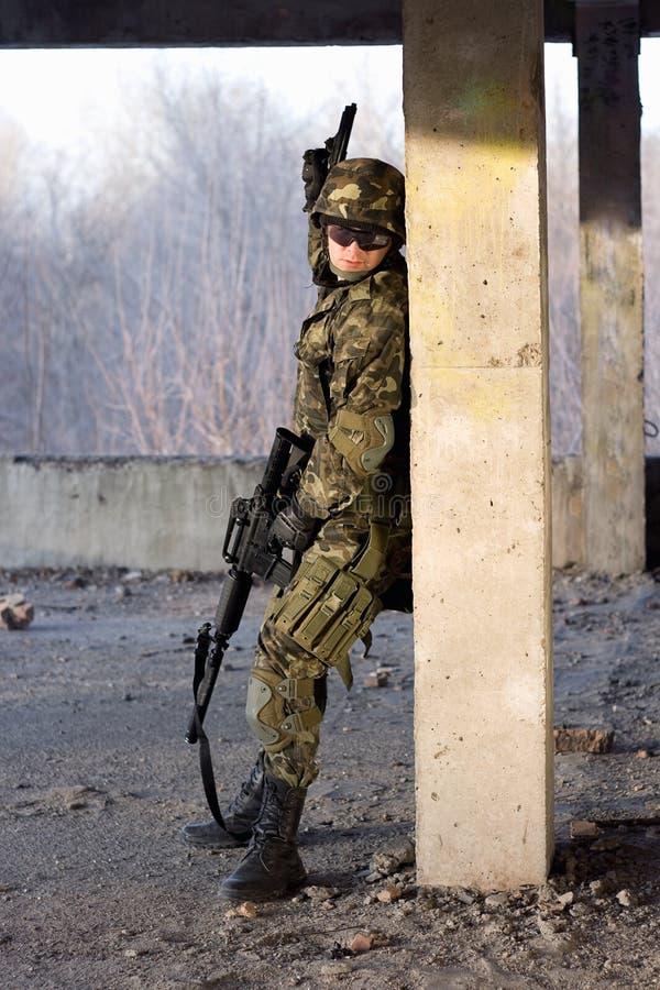 Hombre adulto con el rifle y el arma foto de archivo libre de regalías