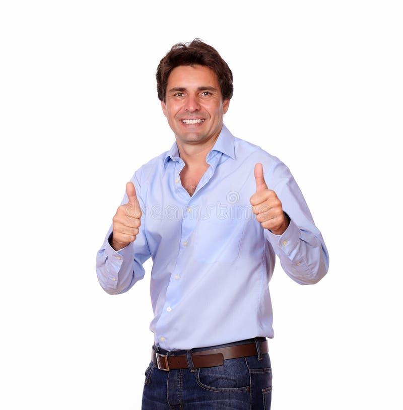 Hombre adulto elegante que gesticula el signo positivo imágenes de archivo libres de regalías