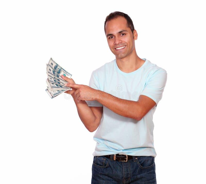 Hombre adulto encantador que le muestra el dinero del efectivo fotos de archivo libres de regalías