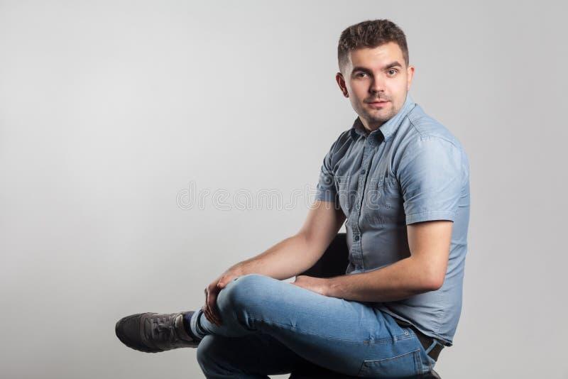 Hombre adulto joven poco que sonríe y que mira la cámara fotos de archivo libres de regalías