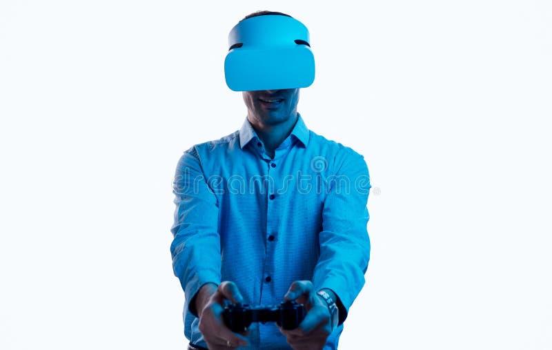 Hombre adulto que juega al juego de VR fotografía de archivo libre de regalías