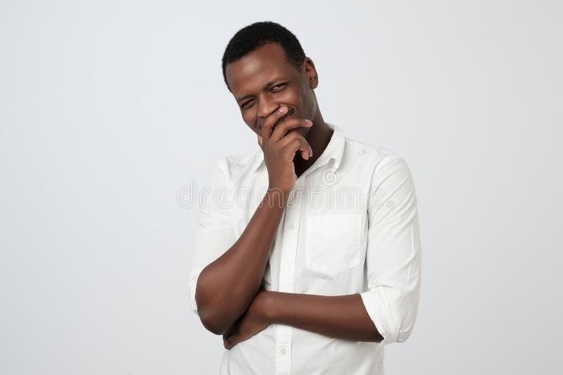 Hombre africano astuto astuto que toca la barbilla con el finger y que mira lejos Pensamiento hermoso del individuo imagen de archivo