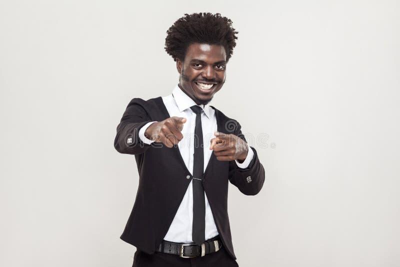 Hombre africano de la felicidad que señala los fingeres en la cámara imagenes de archivo