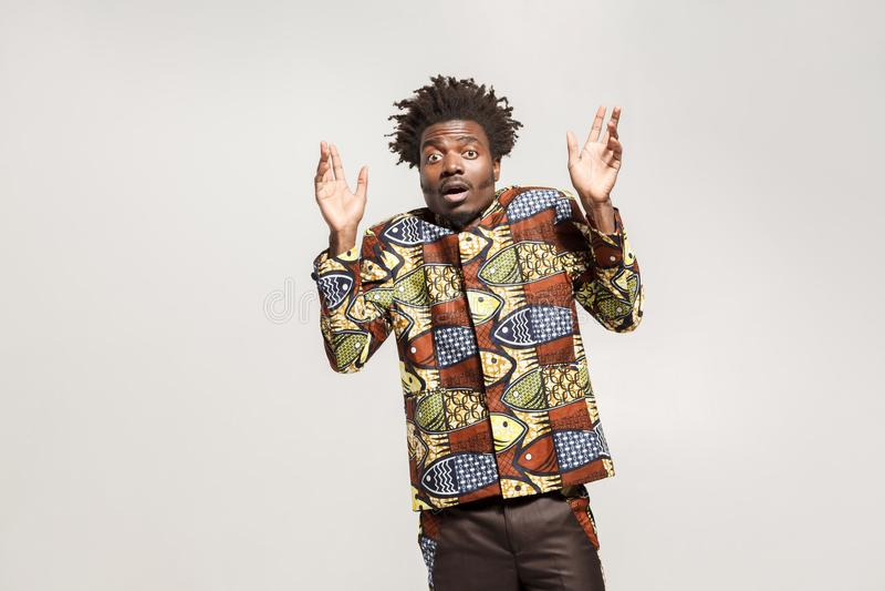 Hombre africano del asombro en choque Noticias increíbles imágenes de archivo libres de regalías