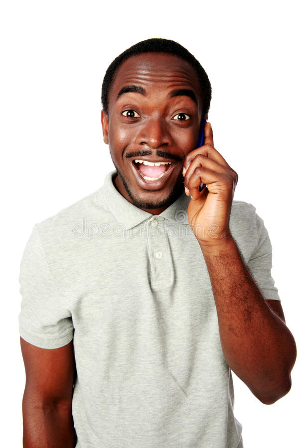 Hombre africano divertido que habla en el teléfono foto de archivo