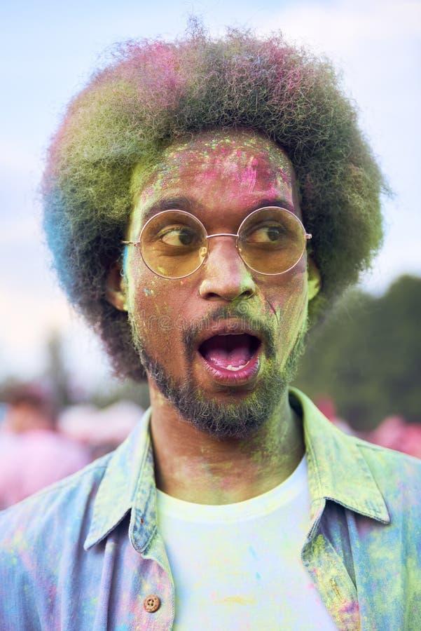Hombre africano en colores del holi en el festival del verano fotos de archivo libres de regalías