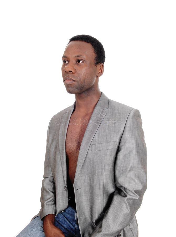 Hombre africano en una chaqueta gris y descamisado serios fotografía de archivo libre de regalías