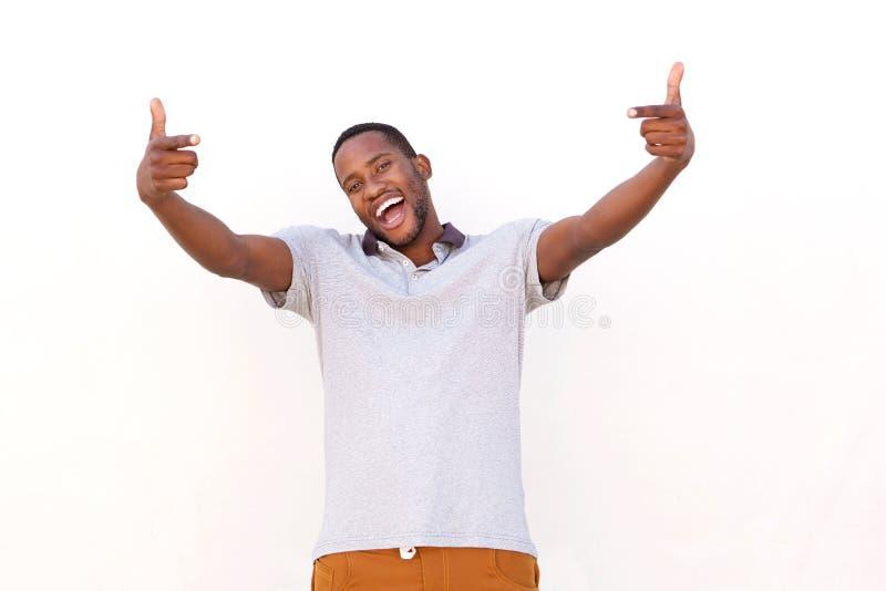 Hombre africano joven emocionado que señala los fingeres fotos de archivo