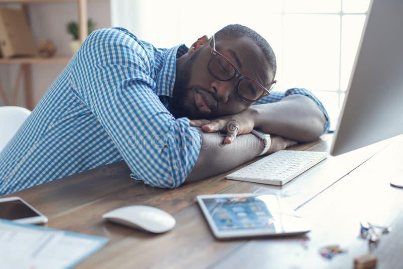 Hombre africano joven que trabaja en el negocio de la oficina fotos de archivo libres de regalías