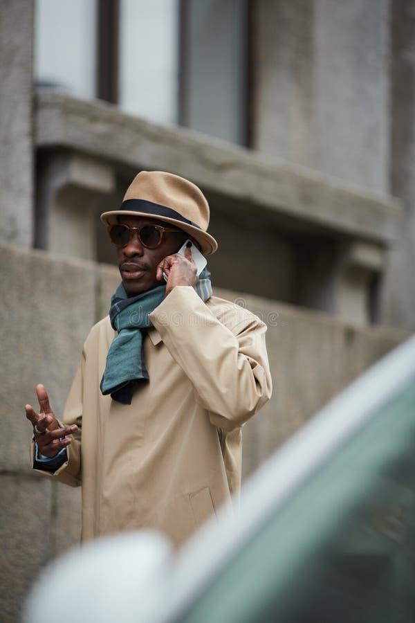 Hombre africano moderno en el ambiente urbano foto de archivo libre de regalías