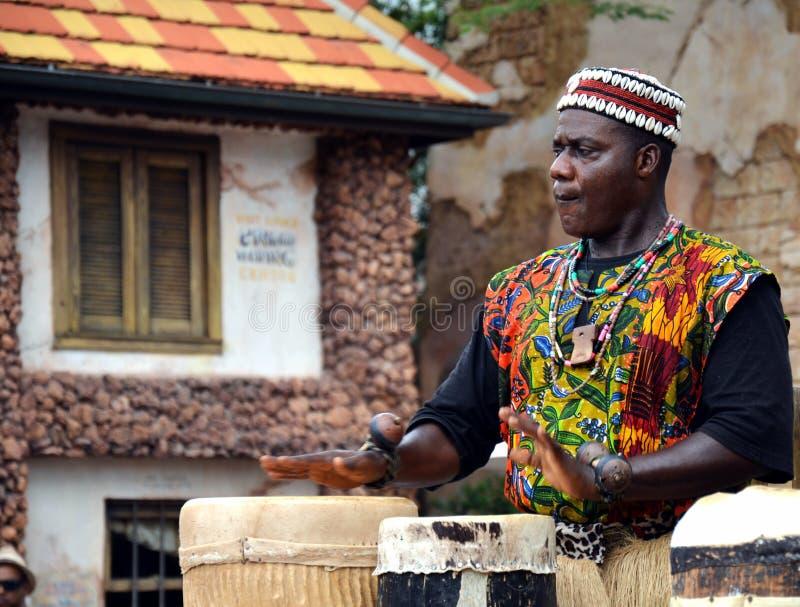 Hombre africano que juega los tambores imagen de archivo libre de regalías