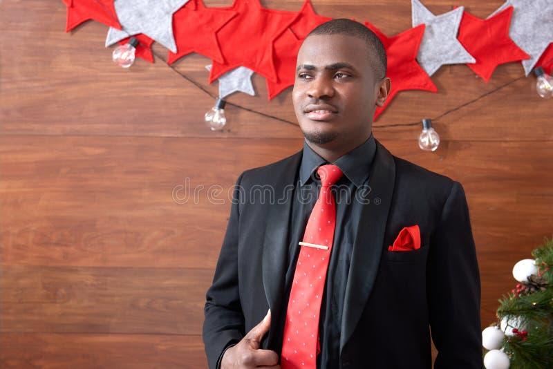 Hombre africano que presenta contra fondo de Navidad fotos de archivo libres de regalías