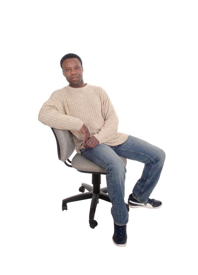 Hombre africano que se sienta en silla y el pensamiento de la oficina fotos de archivo libres de regalías