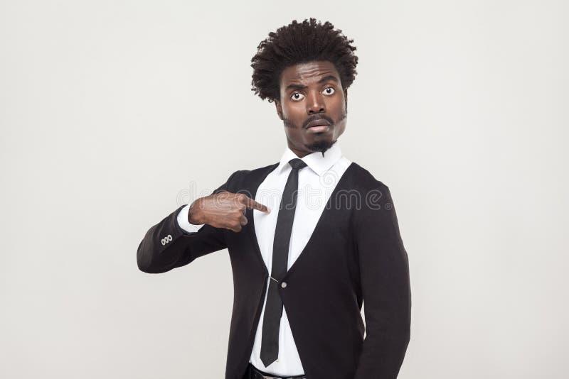 Hombre afro reservado del asombro que mira la cámara Tiro del estudio, vagos grises fotografía de archivo