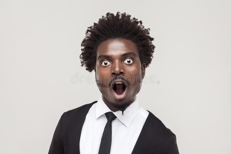 Hombre afro sorprendente retrato con la cara chocada foto de archivo