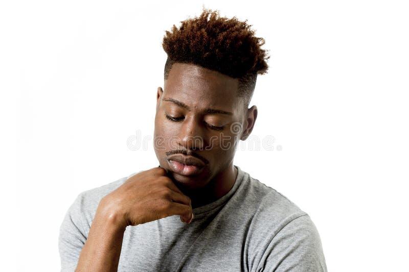 Hombre afroamericano atractivo joven en su 20s que mira presentación triste y deprimida emocional fotografía de archivo libre de regalías