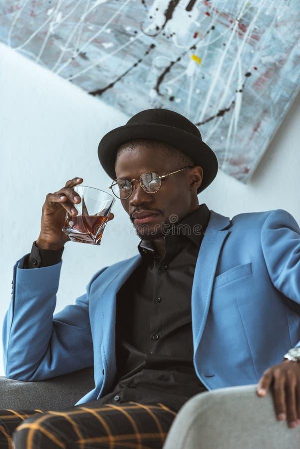 hombre afroamericano confiado elegante foto de archivo libre de regalías