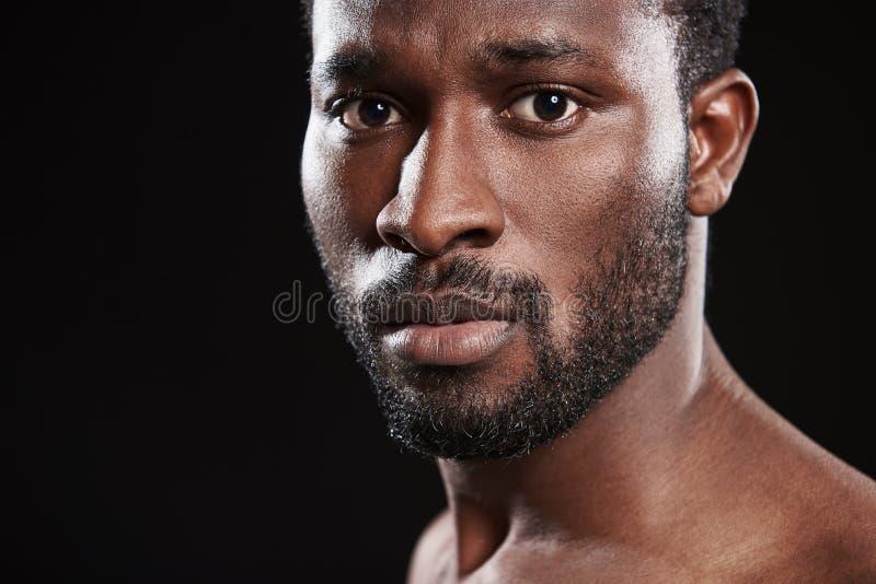 Hombre afroamericano confiado hermoso que le mira imagen de archivo libre de regalías