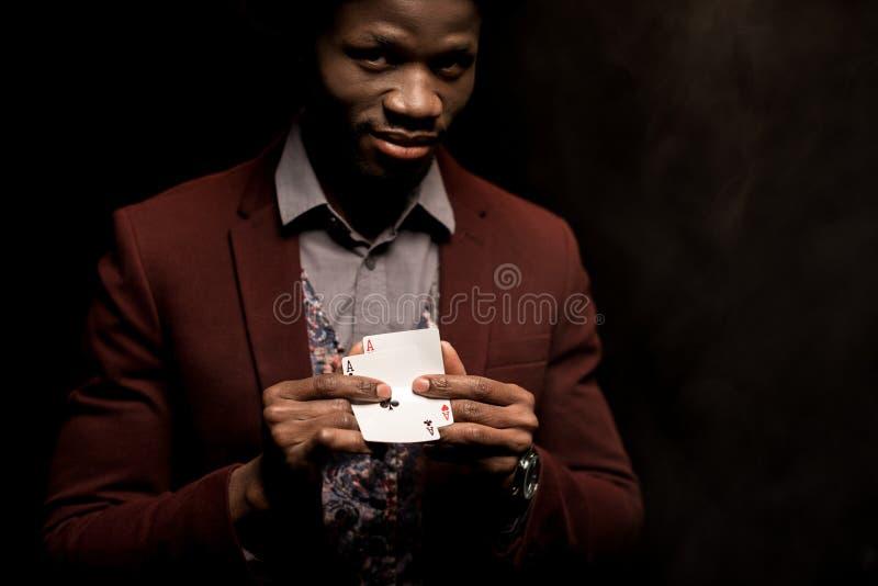hombre afroamericano elegante hermoso con los as en manos, imágenes de archivo libres de regalías