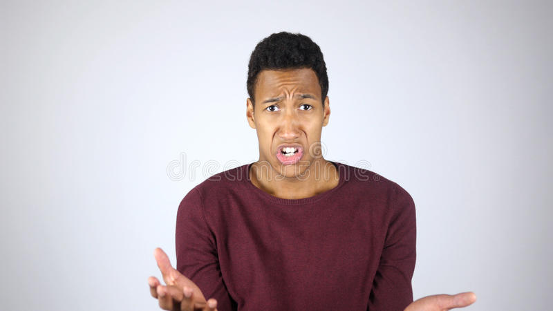 Hombre afroamericano enojado que grita y que se queja, reaccionando al fracaso y a la pérdida fotografía de archivo libre de regalías