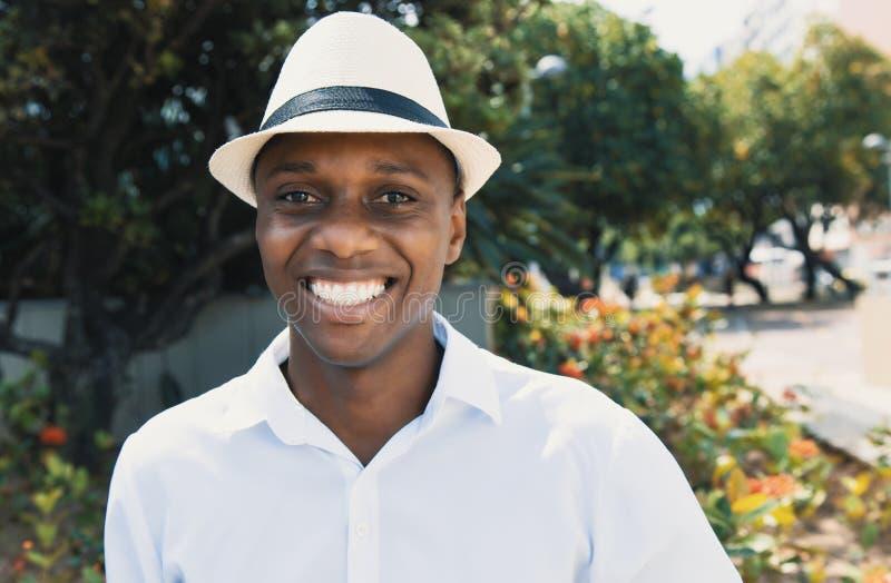 Hombre afroamericano feliz con el sombrero fotos de archivo