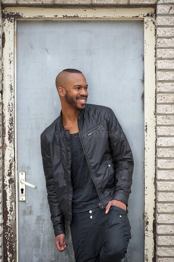 Hombre afroamericano feliz que sonríe al aire libre y que mira lejos foto de archivo libre de regalías