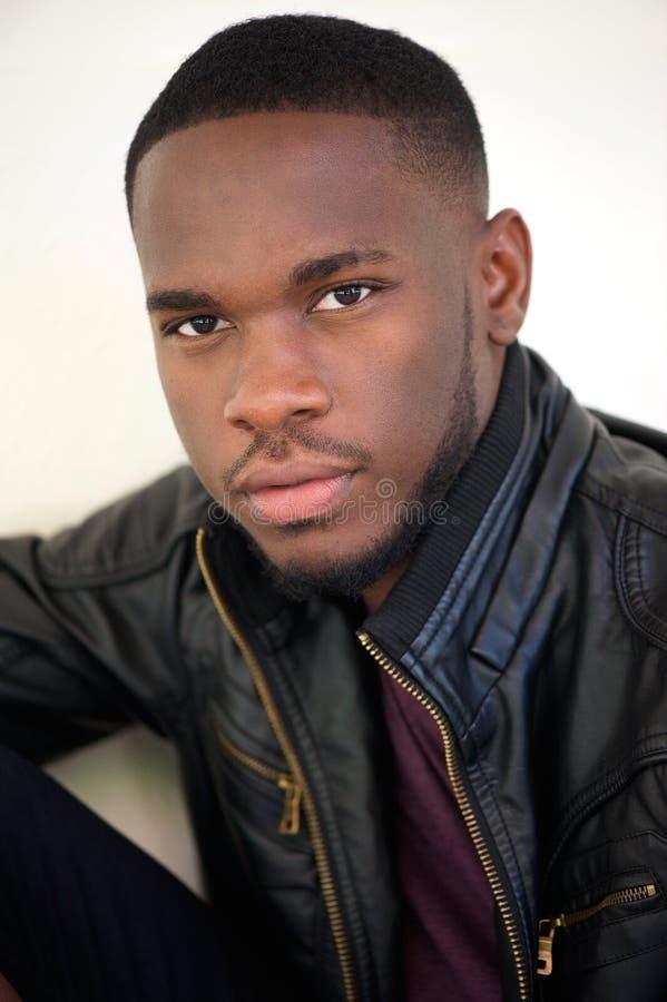 Hombre afroamericano hermoso que presenta en chaqueta de cuero negra fotografía de archivo