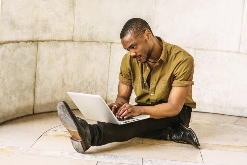 Hombre afroamericano joven con la barba que estudia en Nueva York imagen de archivo libre de regalías